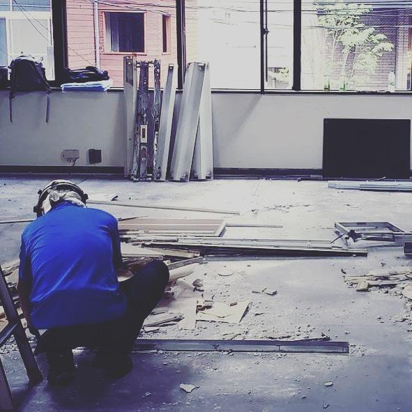 新宿三丁目にてオフィス改修工事の設計監理を弊社にて行なっています。解体がスタートして要らないものを削ぎ落としてい…